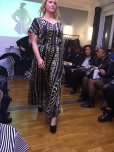 Enfin la robe en satin, imprimée chaîne. la coupe est la meme que pour la robe noir mais la matière est différente. Perso je la trouve très chic.